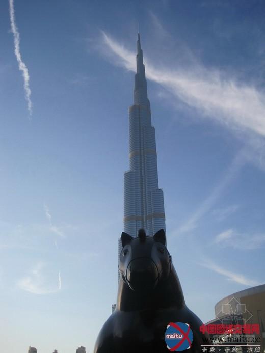 华太之旅阿联酋迪拜修建考查纪行之三:环球最高修建,迪拜塔 文/图:徐建伟 华太计划总经理 在迪拜的最修建中,我们发出了阵阵最的呼声。最豪华、最典雅、最当代与最陈腐。我想,将环球最诧异的词语用在迪拜这四十年的发展过程中也不为过。 而我们此行作为修建之旅,对耳熟能详的几个知名修建必然要切身拜访。传闻,阿联酋的第九任酋长谢赫穆罕默德本拉希德阿勒马克图姆不但赶上了国度发明石油的优良机遇。并且还具有猛烈的忧患意识,发愤要将国度从资本性都会转变成环球旅游都会。让全部国度在不依托石油的时候,也能保