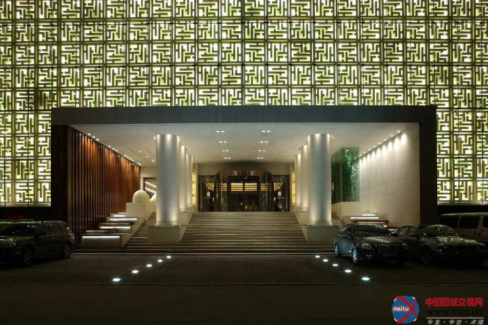 修建师:Nota Design International pte Ltd 地点:中国 沈阳 项目面积:21,000平方米 清水湾是一个高等的温泉和水疗俱乐部,设有旅店房间,位于沈阳商业区,这个修建共包含三层,每层占地达7000平方米。首层包含首要的欢迎大年夜厅和温泉区,温泉辨别为两个首要的花圃部门。二层是餐厅区,有日式餐厅,自助餐厅,另有休闲文娱空间。三层是水疗区,有41个按摩室,23个棋牌室和14个医治室等。