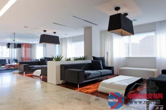 这是南非状师事件所Deneys Reitz办公室的室内计划,宽阔的欢迎室、舒服的办公环境,和状师严峻严峻的感触感染有些不合。色调上选用了大年夜方的白色和黑色作为主基调,但一些原木料质也有用的举行了增补,让全部空间感触感染没有那么严峻严峻,窗帘也有简便的感触感染,当阳光落进来,让全部办公的环境充满了温情和舒服感。