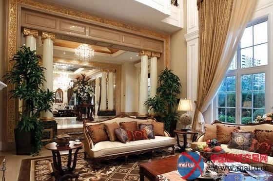 这是北京富力第宅,欧式古典气焰,计划者致力打造一个真实的都会第宅,团体计划讲究美学、功效、专属兼备的空间原则,经由过程超越惯常尺寸的空间分别,表现出对私家糊口,私家交际的尊敬与关照。 在计划上以严谨的传统对称伎俩来展现,采取经典法度元素的装潢柱、色采拼花玻璃、拱形天花、彩画图案;软装方面,选用古典花草图案的真丝布料、哑金色传统家具、古铜水晶和美好的陈列品,营建出一种雄浑堂皇、持重厉穆的法度宫廷氛围。别墅地基层是文娱空间,一层是会客区与就餐地区,二层是KTV和客房,三层是主人的私家空间。 一层,走进铁花在