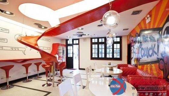 这是一家位于上海市思南第宅26号楼的The Funky Chicken餐厅,其室内计划特别非常特别风趣。一块赤色的流线型的板让全部空间变得灵动起来,大年夜量采取赤色,让全部空间充满的活气。别的,随便的涂鸦也付与了这个空间本性化的成分。
