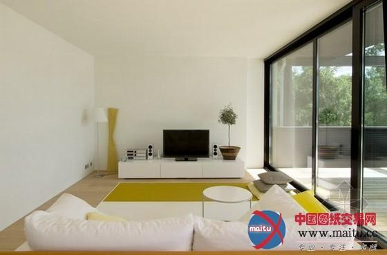 这间迷人的白色别墅是由 Helin & Co Architects 卖力计划的,地点位于芬兰的埃斯波,这套单位将居家和展现厅两个不合功效整合在一起,洁白色的瓷砖包覆全部修建,室内计划地板大年夜多是实心橡木或灰岩,使得全部空间变得更加通透无暇。