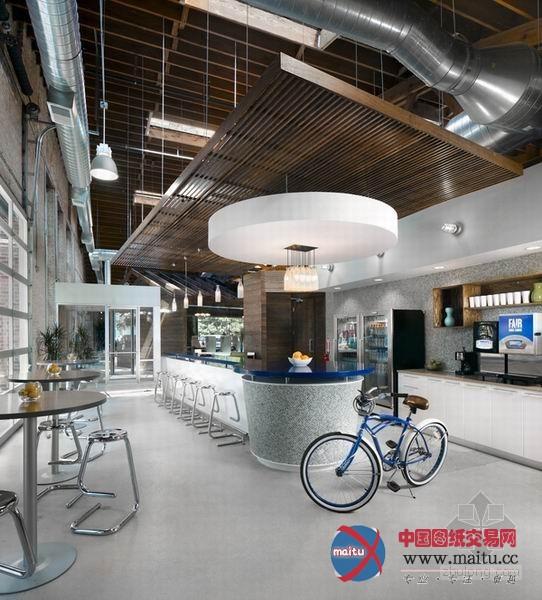 创意实足牛奶公司办公室装修设计,这是一家牛奶公司的办公室。办公室装修设计褐色的主色调搭配着绿色的点缀,仿佛草地一般清爽原生态,木质房子桌椅与砖墙十分原始天然,奶牛的模型与墙上的奶瓶表现了企业的核心,创意实足。 关头词:创意实足办公室设计 办公室装修设计