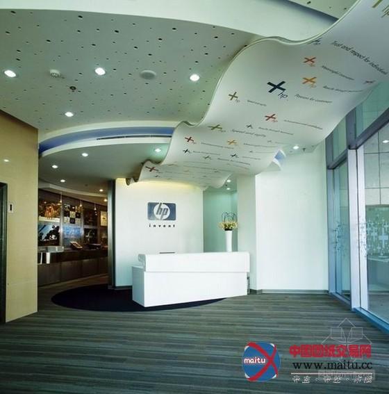 HP惠普上海总部办公室装修设计,设计元素融进了惠普的打印强项,欢迎处的波浪形吊顶与蜿蜒的墙壁造型仿佛一张连贯的纸,上面的图案也像彩印一样的多彩清晰。空间操纵大年夜胆的图象、色采和材料,经由过程不合泛泛的空间布局,创作发现出古怪出格的感触感染。 关头词:惠普办公室设计 HP总部办公室装修