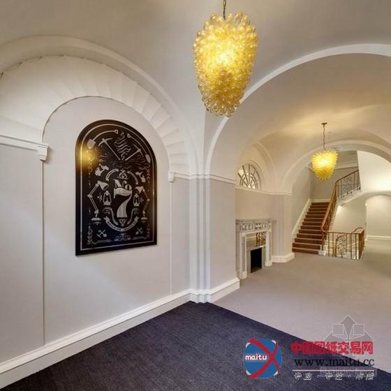 这座布满艺术感的办公室装修设计位于伦敦的西部,把一座布满汗青的建筑改革为办公室,从进门开端,素白的墙壁和美国第八任总统Martin Van Buren的画像,还有带着欧洲风味的弧形窗户,仿佛这里是一座布满现代感的宫廷,色采很是简单的桌椅和一块写着work hard的木牌,又在明示着它的严谨,整座办公室有多个小空间,便利员工扳谈,并呵护隐私。 关头词:伦敦办公室装修 布满艺术感办公室设计