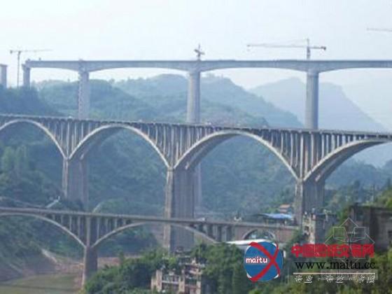 摘要:世界上最高的双线铁路桥墩--渝利铁路蔡家沟双线特大年夜桥,此中最高的一个桥墩,高139米。7月30日已周全落成,估计在本年年底渝利铁路通车。  全长2.05千米的蔡家沟双线特大年夜桥具有世界上最高的双线铁路桥墩,横跨峡谷,谷底溪水流淌。该桥有41个桥墩,此中最高的一个桥墩,高139米。 大年夜桥现场峡谷谷底,昂首仰看,几十个桥墩高矗立立,托起大年夜桥超越整座峡谷,很是壮不雅。 桥墩全数呈人字形,像是一小我两脚叉开站立,高一点的,长得很像埃菲尔铁塔。这类人字形桥墩,可以站立得更稳,就像人一样,双脚叉开