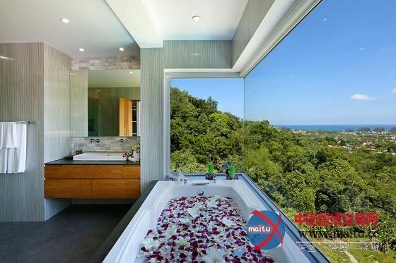 摘要:在泰国普吉岛有一座可以俯瞰安达曼海水域和绿色植被风景的别墅, 在那边可以享遭到生态的原始糊口和舒适的现代糊口。按照官方的描述,这座建筑同化了石头、木材、混凝土和钢材,是一个豪华和优雅的栖身区,水可以注进在建筑内,并且还具有没有限宽阔广大奔放的视野。 泰国普吉岛现代别墅设计,此中有7间卧室,一个宽阔的客堂、厨房、餐厅、文娱室、按摩室和一个令人印象深切的泳池。每个房间都可以看出设计师的奇妙专心,软化的木材为房间增加了装潢性元素;从泳池的船面可以纵贯住卧室;厨房配备了现代化的设备,餐厅配备了做工精美的餐具