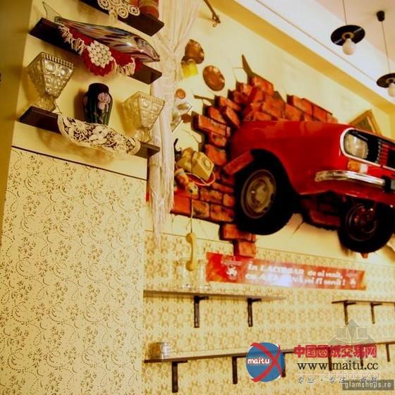 用磁带穿起来的灯罩,整整一面用啤酒瓶做装潢的墙,像是小时辰骑过的车图片