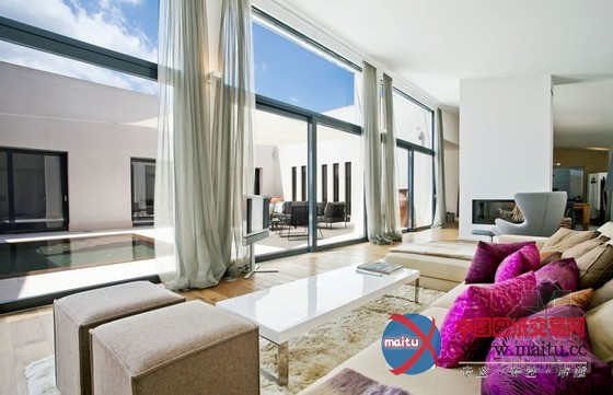 摘要:这套别墅坐落在西班牙巴利阿里群岛的闻名景不雅,致力于最好捕获地中海的设计精力,在这里你可以摸索绿松石蓝色水域和雪白的沙岸闻名的西班牙。过度利用的玻璃窗,使那些在这里的室第不竭保持联系。轻风家庭体育的H型设计和优雅的室内天井在中间有一个清爽的池站。大年夜落地窗也带来了天然光,风凉的中性色用于全部家纯白的建造抱负的布景。柔和的奶油和淡灰色,进一步带来奇特的地中海触摸到的家。 关头词: 别墅设计 西班牙别墅 度假别墅  西班牙地中海气焰豪华度假别墅设计  西班牙地中海气焰豪华度假别墅设计  西班牙地中海气