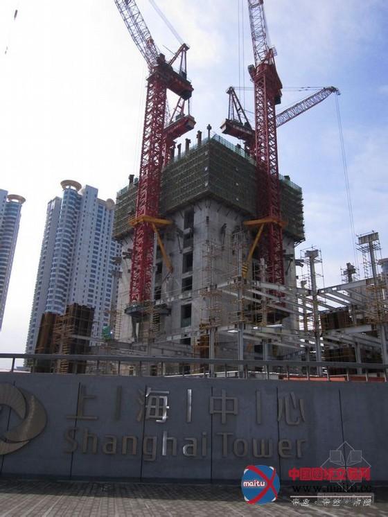 摘要:在气候晴朗的日子,在上海的良多处所,只要远看黄浦江的标的目标,都能看到正在扶植的上海中间,这座设计总高度达632米的大年夜厦将于2015年建成,它将远远超越此刻468米的东方明珠广播电视塔和492米的环球金融中间,成为浦东乃至上海的新高度。  上海高层对比  上海中间结果图  施工图  陆家嘴的汗青悠长。陆家嘴的得名与明朝的大年夜学士陆深有关。陆深在明朝嘉靖年间曾担负太常卿兼侍读学士,陪皇帝、皇太子读书。陆深学问深挚,书法功力颇深,此刻上海博物馆里还收躲