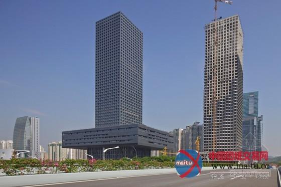 摘要:这是由OMA公司设计的深圳证券生意所,这是深圳证券生意所的第二个建筑,今朝该项已落成,总面积18万平方米,主楼是一个单一的高楼建筑。  OMA设计的深圳证券生意所已正式落成 建筑设计:OMA公司 建筑位置:深圳 图片来历:OMA 在该建筑的一层是股票生意场合,包含上市公司大年夜厅和相干工作部门,在外不雅上,屋顶设有一个郁郁葱葱的屋顶花圃,最下边是一个大年夜型的公共广场,这里是深圳的新的地标性建筑,在夜间,较高的楼层中被承诺设置一些虚拟的金融勾当。建筑的整体几何形态为长方体,与周围建筑有了很好的畅通领