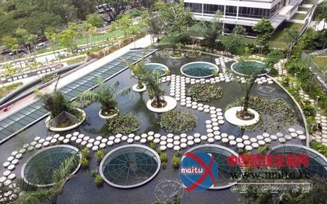 项目标一层,则为住户设计了荷花池,瀑布,露天剧场和花圃,便利人们休闲