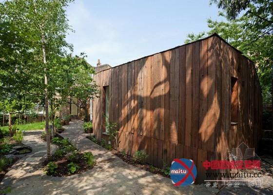 在材料选择上,建筑都采取的是原生木,并在如许的木材外面涂上一层白色