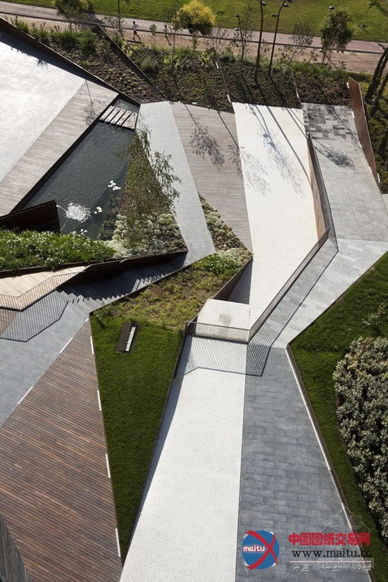 摘要:設計師在接近農村的城市邊緣地帶設計了一種新情勢的景不雅,用農村幾何學代替了城市幾何學。全部廣場的空間劃分情勢比較矯捷,看起來猶如一塊被力量和水溝劃分的地毯,主如果作為一處公共勾當空間,為人們供給休閑文娛的場地。   格拉納達廣場  景不雅設計:Francisco J.