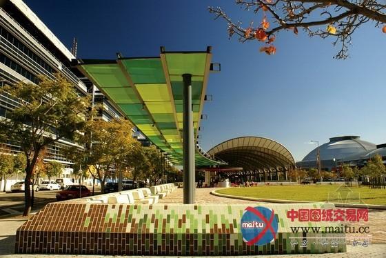 摘要:蓝花楹广场别名每天活动场,它是悉尼2030年奥林匹克公园打算中第一个落成的公共空间项目,旨在将奥运遗产和文化从头聚焦在一个斑斓绿色的城镇中间。  蓝花楹广场 景不雅设计:澳派景不雅工作室 景不雅面积:4000平方米 景不雅时候:2008年 项目地址:澳大年夜利亚 悉尼 奥林匹克公园 图片来历:Simon Wood, Kyal Sheehan 蓝花楹广场别名每天活动场,它是悉尼2030年奥林匹克公园打算中第一个落成的公共空间项目,旨在将奥运遗产和文化从头聚焦在一个斑斓绿色的城镇中间。 该广场始建