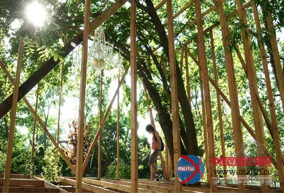 摘要:toshihiro oki architect在2013年博得了一项以荒诞乖张为大旨的设计比赛,该比赛由纽约建筑联盟和苏格拉底雕塑公园援助,要求设计以木材为首要材料。该比赛首要寻求建筑与雕塑之间的摸索与对话。toshihiro oki architect成立了一个位于树冠内的几何空间。  木材雕塑荒诞乖张 景不雅设计:toshihiro oki architect 景不雅地址:美国 纽约 景不雅时候:2013 图片来历:toshihiro oki architect toshihiro oki