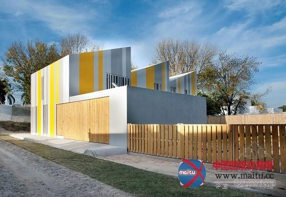 摘要:tactic-a设计的丰硕多彩条纹huit房子摆出了一个L型。墨西哥哈利斯科,建筑的外立面十分大年夜胆。共同周围的建筑,建筑的北面和东面有出进口,西面和南面的外立面则是欢畅的现代感几何色采图形。  tactic-a设计的墨西哥L型条纹房子 建筑设计: tactic-a 项目地址:墨西哥哈利斯科 图片来历: tactic-a 共同周围的建筑,建筑的北面和东面有出进口,西面和南面的外立面则是欢畅的现代感几何色采图形。内部划分为2个卧房,一个为父母,另外一个用于他们的两个女儿,还包含起居室、办公室和媒体文
