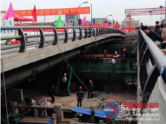 摘要:京杭大年夜运河的东段,千吨重的京江桥东辅道桥往东平移了5.5米,莫非是金庸笔下的张无忌参加了?以一招乾坤大年夜挪移弄成的?假定不是,那重达1150吨的桥面,不知若何移得动?且看本文  京江桥千吨桥面 2014年3月28日,京杭大年夜运河的东段,千吨重的京江桥东辅道桥,请了数十个千斤顶出马,颠末18个小时,顺利地往东平移了5.