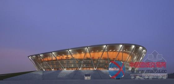 摘要:中国南部具有千万人丁的城市东莞市新建了一座篮球体育馆,设计者是冯格康,玛格及合股人建筑师事务所(gmp)。体育馆的英姿已成为新寮步区令人印象深切的地标。  GMP设计的广东东莞篮球体育馆落成 建筑设计:GMP 建筑面积:60600平方米 扶植时候:2009年2014年 体育馆在进行体育赛事或重大年夜勾当时可供给15000个座席,同时也将成为成绩优良的东莞烈豹俱乐戎行的主场。体育馆丰硕多样的设计手法再现了篮球活动的几个元素:建筑主体位于一座举高的基座上,屋面环状流线令人联想到篮筐的边缘,网状的立面系