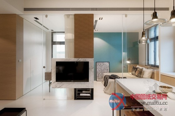 这是台湾小户型家居装修室内设计,设计师将隔断距离全数打通,在刚正的空间中从头打算。一半是糊口区,一半是公共区域,卧室与书房、厨房与客堂的面积根基均等,看上往对称、顺眼。为了不华侈多余的卧室空间,在中间设置了一个衣柜,另外一半用作书房,比墙体矫捷良多,又可做丰硕的装潢。玻璃拉门隔断距离很是洁净,在小户型中有效的放大年夜面积,进步空间亮度。软装的安插虽少却到位,凸起了现代简约气焰,几个抱枕与卧室的复古绿色墙壁还很有些英伦风采。 关头词:小户型 台湾家居 家居装修  台湾时尚清爽小户型家居装修室内设计  台湾时