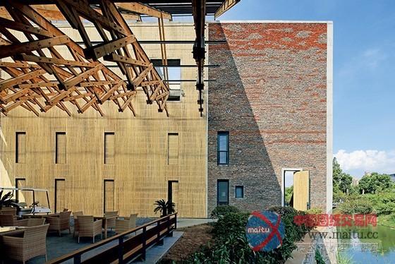 摘要:这是王澍最新作品中国美术学院象山校区专家接待中心。项目总面积7500平方米,建筑面积6200平方米。  从象山向南俯瞰瓦山 建筑设计:王澍 项目面积: 7500 建筑面积: 6200 结构形式: 钢筋混凝土框架与局部钢结构,夯土围护墙体,木结构 主要材料: 竹胶模板混凝土,回收瓦及缸爿,生土,松木。  总平面  隔岸望瓦山中段  隔岸望瓦山西尾  从瓦山顶上山道远望  从瓦山顶上山道回望象山  隔岸望瓦山腹内  一层平面  二层平面  瓦山中小憩处  瓦山