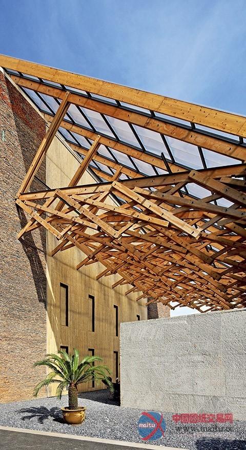 结构形式: 钢筋混凝土框架与局部钢结构