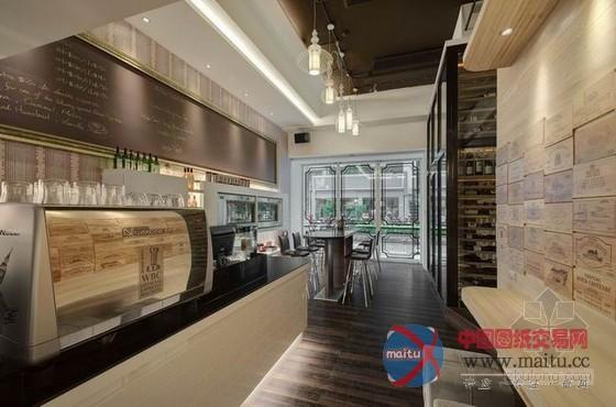 位于台北市大安区HoWINE & CAFE由隐巷负责设计,HoWINE & CAFE前身为Free Time葡萄酒坊。新型态的店面将结合咖啡和红酒,白天提供喜爱咖啡的朋友一个质感十足休闲空间,晚上变身成爱酒朋友的交流聚会,藉由HoWINE & CAFE认识红酒与咖啡。 关键词:咖啡店装修 台北红酒店  台北市红酒咖啡店装修设计 质感十足休闲空间  台北市红酒咖啡店装修设计 质感十足休闲空间  台北市红酒咖啡店装修设计 质感十足休闲空间  台北市红酒咖啡店装修设计 质感十足休闲空间