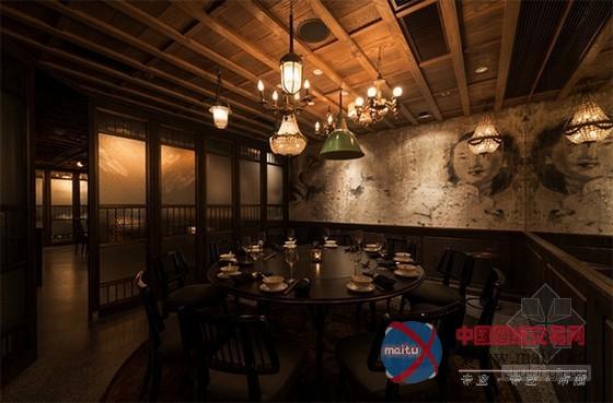 这家位于香港市中心著名地标渣打银行地下室的餐厅有著极为独特的风格,是由在专业从事于豪华酒店和住宅设计的Joyce Wang亲历打造的,它仿佛在向人们诉说著一个有关金库和历史的神秘故事。餐厅内设有一个主用餐区、一个酒吧和五个私人包间,每一处场景的设计都从电影艺术中获得了不少灵感。独特的家具和装饰物品则展现出香港这座繁华大都市的厚重历史感。 关键词:设计师Joyce Wang 独特餐厅 香港餐厅 餐厅设计  香港独特风格Mott 32餐厅设计 历史感十足  香港独特风格Mott 32餐厅设计 历史感十足  香