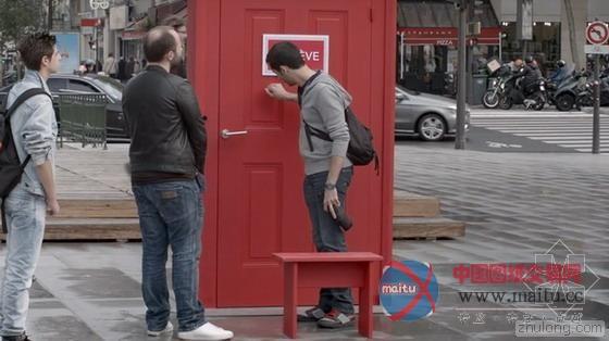 法国街头惊现任意门 机器猫乐翻了